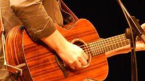 Los guitarristas dan tocar la guitarra - etapa de la montaña del ` s del NPR metrajes