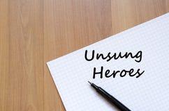 Los héroes olvidados escriben en el cuaderno Imagen de archivo libre de regalías