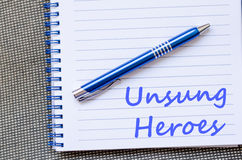 Los héroes olvidados escriben en el cuaderno Foto de archivo