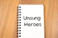 Los héroes olvidados escriben en el cuaderno Imagenes de archivo