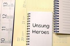 Los héroes olvidados escriben en el cuaderno Fotografía de archivo