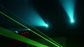 Los haces verdes del centelleo del laser muestran en club nocturno Spolights azules almacen de metraje de vídeo