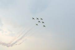 Los halcones rumanos combinan a los pilotos con sus aeroplanos coloreados que entrenan en el cielo azul Fotos de archivo
