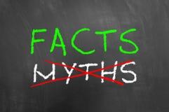 Los hechos y los mitos cruzados mandan un SMS en la pizarra o la pizarra fotografía de archivo