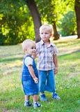 Los hermanos están permaneciendo en el parque Fotografía de archivo libre de regalías
