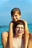 Los hermanos están jugando juntos en un mar hermoso Imágenes de archivo libres de regalías