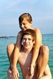 Los hermanos están jugando juntos en un mar hermoso Fotos de archivo