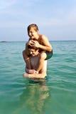 Los hermanos están jugando juntos en un mar hermoso Fotografía de archivo