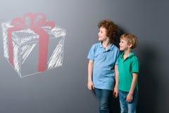 Los hermanos quieren los regalos foto de archivo libre de regalías