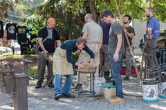 Los herreros se preparan para trabajar en el parque de la ciudad Imagen de archivo