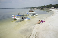 Los hidroaviones amarraron en agua poco profunda en el vertedero la Florida los E.E.U.U. del lago Imagen de archivo