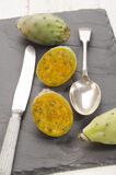 Los higos del cactus cortaron el ‹del †del ‹del †con el cuchillo y la cuchara Imagenes de archivo
