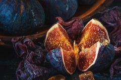 Los higos maduros rojos dulces en un manojo de mentiras en un metal hermoso se colocan Fotografía de archivo libre de regalías