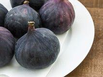 Los higos negros frescos envejecen las pinturas, fruta fresca del higo en plato, Fotografía de archivo libre de regalías