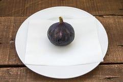 Los higos negros frescos envejecen las pinturas, fruta fresca del higo en plato, Imágenes de archivo libres de regalías