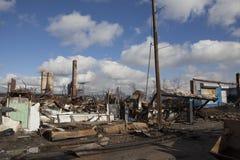 Los hogares sientan arder después de huracán foto de archivo