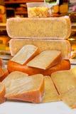 Los hollands holandeses de Europa del mercado de la venta del queso de Holanda juntan las piezas de vestido de la hierba de la es fotografía de archivo