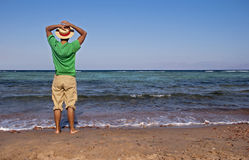 Los hombres acercan al mar Fotografía de archivo libre de regalías