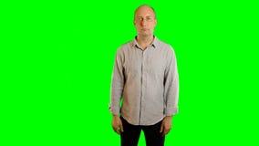 Los hombres adultos serios muestran gestos de manos en la pantalla virtual Plantilla para hacer publicidad de viaje de los restau almacen de video