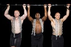 Los hombres atractivos fuertes realizan pullups Imágenes de archivo libres de regalías