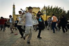 Los hombres celebran el final de Ramadan por el baile Fotografía de archivo libre de regalías