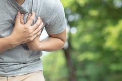 Los hombres con dolor de pecho son muestras del peligro al ataque del corazón agudo imagen de archivo