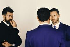 Los hombres con la barba y las caras interesadas discuten negocio Discusión y concepto del negocio Conflictos del settle de los C imágenes de archivo libres de regalías