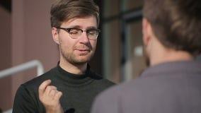 Los hombres continúan un diálogo sobre un negocio Cámara lenta metrajes
