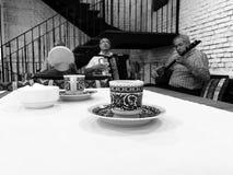Los hombres crimeos de tártaros juegan música tradicional en un nuevo restaurante en Kyiv - negro y blanco - UCRANIA foto de archivo