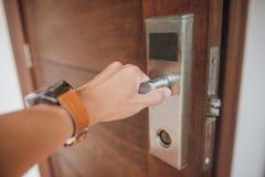 Los hombres dan el tirador de puerta abierto fotografía de archivo libre de regalías