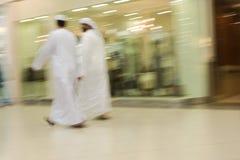 Los hombres de Dubai UAE dos se vistieron tradicionalmente en dishdashs y trajes y tocados blancos de los gutras. fotografía de archivo libre de regalías