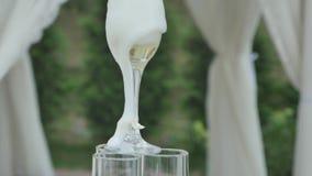 Los hombres de las manos vierten el champán en la diapositiva de los vidrios Vino del diseño del restaurante Pirámide del champán almacen de video