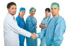 Los hombres de los doctores dan el apretón de manos Fotos de archivo