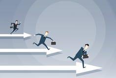 Los hombres de negocios agrupan el concepto de Team Leader On Arrow Competition del funcionamiento Fotografía de archivo libre de regalías