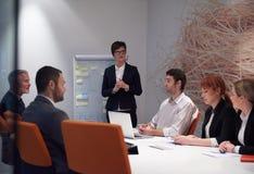 Los hombres de negocios agrupan en la reunión Fotos de archivo