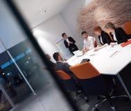 Los hombres de negocios agrupan en la reunión Imagen de archivo