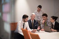 Los hombres de negocios agrupan en la reunión en la oficina de lanzamiento moderna Imagen de archivo