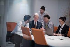 Los hombres de negocios agrupan en la reunión en la oficina de lanzamiento moderna Foto de archivo libre de regalías