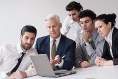 Los hombres de negocios agrupan en la reunión en la oficina de lanzamiento moderna Fotos de archivo libres de regalías
