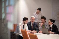 Los hombres de negocios agrupan en la reunión en la oficina de lanzamiento moderna fotos de archivo