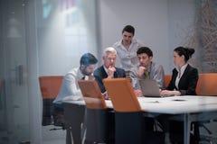 Los hombres de negocios agrupan en la reunión en la oficina de lanzamiento moderna Fotografía de archivo libre de regalías