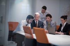 Los hombres de negocios agrupan en la reunión en la oficina de lanzamiento moderna Imágenes de archivo libres de regalías
