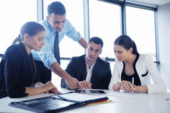 Los hombres de negocios agrupan en una reunión en la oficina