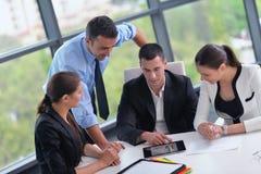 Los hombres de negocios agrupan en una reunión en la oficina foto de archivo libre de regalías