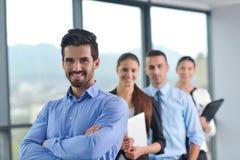 Los hombres de negocios agrupan en una reunión en la oficina Foto de archivo