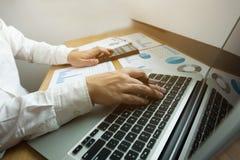 Los hombres de negocios calculan el rendimiento empresarial de los earnigs, estafa del negocio fotos de archivo