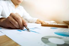 Los hombres de negocios calculan el rendimiento empresarial de los earnigs, estafa del negocio fotos de archivo libres de regalías
