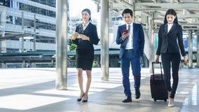 Los hombres de negocios caminan juntos peatón al aire libre imagen de archivo libre de regalías