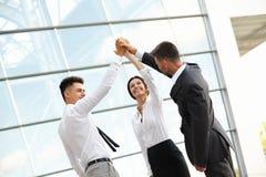 Los hombres de negocios celebran proyecto acertado Team el trabajo Foto de archivo