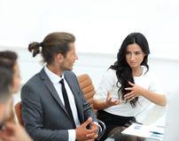 Los hombres de negocios comunican en el trabajo su escritorio Imagen de archivo libre de regalías